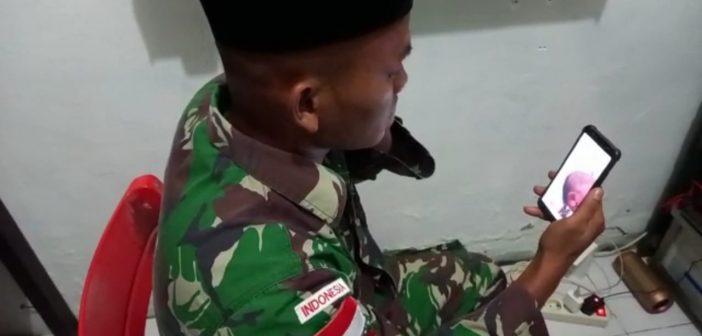 Resmi Jadi Bapak, Prajurit Yonif MR 413 Kostrad Ini Adzankan Kelahiran Putrinya Via Video Call