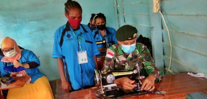 Bentuk Kepedulian Satgas Yonif MR 413 Kostrad, Serma Achmad Ajarkan Warga Keerom Menjahit Masker