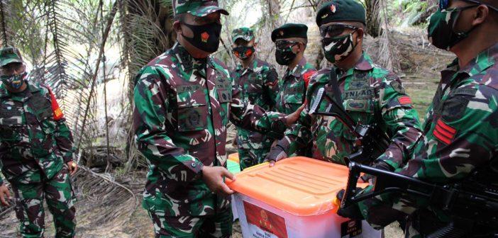 Kunker ke Kalbar, Kasum TNI Tinjau Pos Pamtas RI-Malaysia Berjongkong dan Koki Sajingan